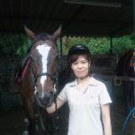 [越生の乗馬クラブ]ビギナーレッスンにて軽速歩での脚の使い方の練習を行いました。[埼玉県浦和区/A様]