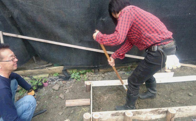 [越生の乗馬クラブ]馬場の横に花壇を作っています[東京都江戸川区/N様]